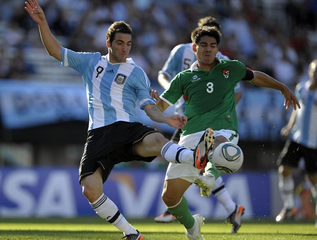 Gonzalo Higuain e Luis Gutierrez, Argentina x Bolivia (Foto: AFP)