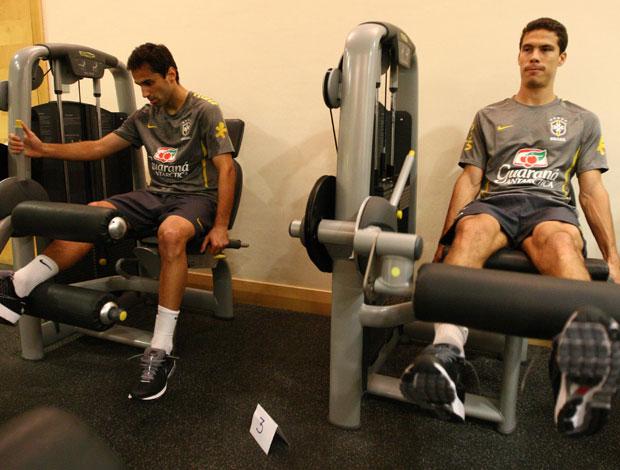 Jonas e Hernanes em treino fisico da Seleção Brasileira (Foto: Mowa Press)