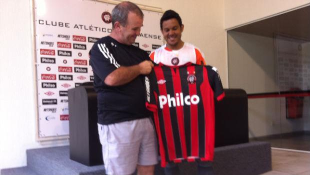 Macaris do Livramento recebe camisa do Atlético-PR de Marcinho (Foto: Fernando Castro/GLOBOESPORTE.COM)