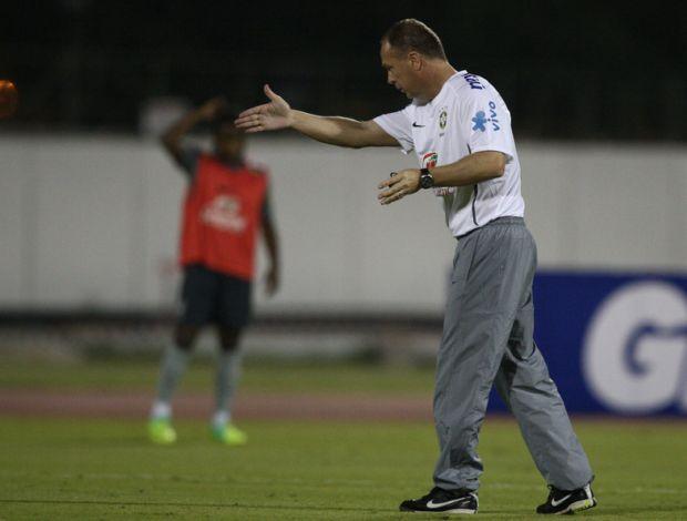 Mano Menezes no treino da seleção no Qatar (Foto: Mowa Press)