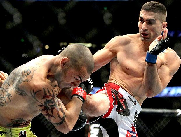 Ricardo Lamas acerta um belo chute em Cub Swanson no UFC (Foto: Getty Images)