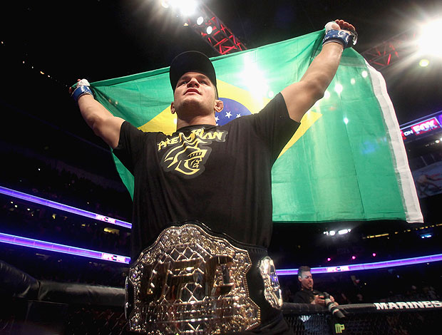 Junior dos Santos Cigano com o cinturão de campeão do UFC (Foto: Getty Images)