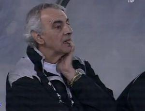 Jorge Fossati, técnico do Al Sadd, com cara feia após gol contra (Foto: Reprodução)