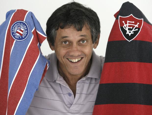 Osni com as camisas de Vitória e Bahia (Foto: Agência A Tarde)
