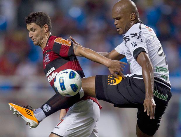 Thiago Neves e Edson Silva, Flamengo x Figueirense (Foto: Alexandre Cassiano/Agência O Globo)