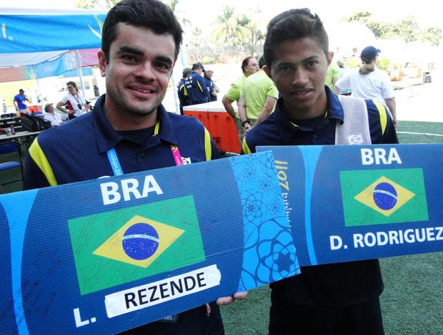 Luciano e Diogo tiro com arco lembranças Parapan (Foto: Helena Rebello/Globoesporte.com)