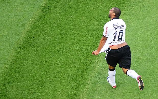 Adriano comemora gol do Corinthians sobre o Atlético-MG (Foto: Marcos Ribolli / globoesporte.com)