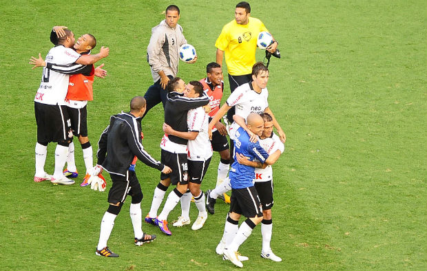 Jogadores do Corinthians comemoram a vitória sobre o Atlético-MG (Foto: Marcos Ribolli / globoesporte.com)