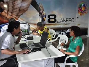 Seo Cedil e dona Maria do Carmo se inscrevem para a Corrida de Reis 2012 (Foto: Bárbara Taques/Globoesporte.com)