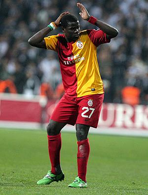 Eboué, do Galatasaray, é alvo de garrafas da torcida do Besiktas (Foto: Reprodução)