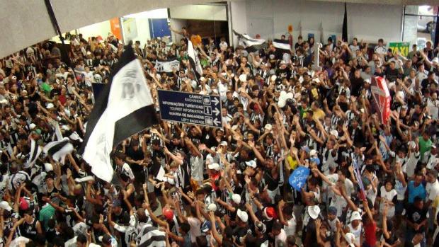 Torcida comemora acesso do Ceará e recepciona time no Aeroporto Pinto Martins (Foto: Divulgação/Ceará)