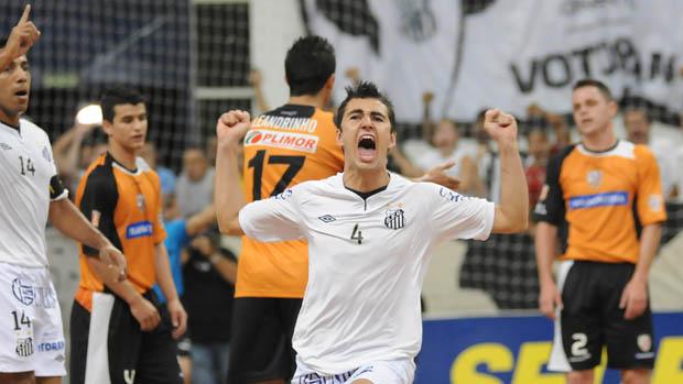 Neto faz o primeiro gol da decisão da Liga Futsal, entre Santos e Carlos Barbosa (Foto: Luciano Bergamaschi/Divulgação)