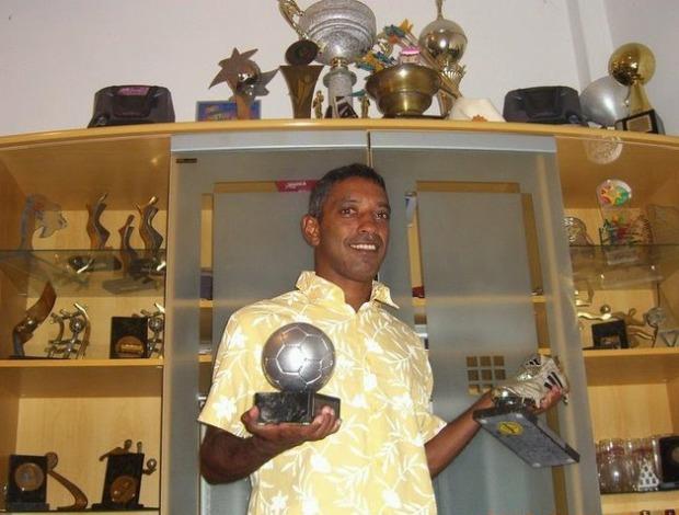 Neném posa com os prêmios que conquistou na carreira do futebol de areia (Foto: Arquivo Pessoal)