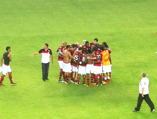 jogadores do Flamengo se agrupam ap&#243;s vit&#243;ria (Foto: Janir Junior / GLOBOESPORTE.COM)