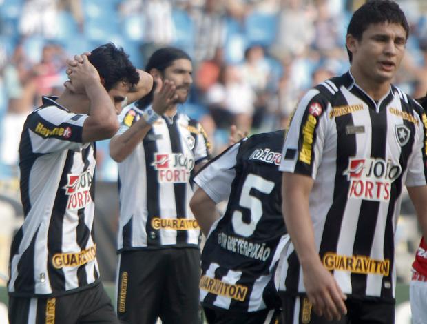 Botafogo cabisbaixo contra o Internacional (Foto: Ide Gomes/Agência Estado)