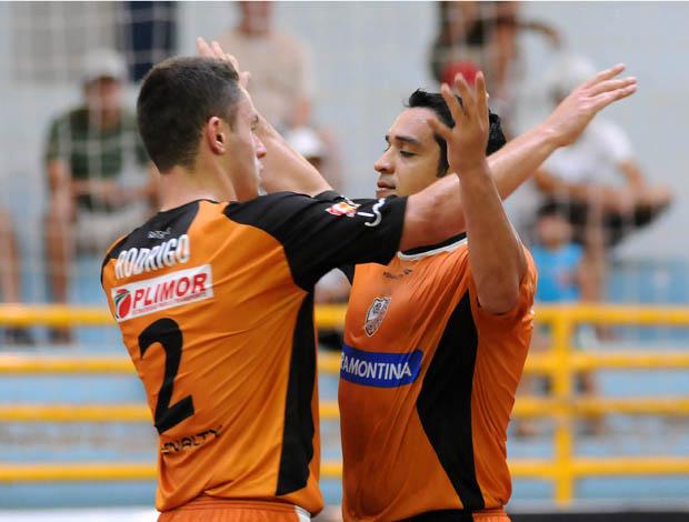 Rodrigo e Flávio comemoram um dos gols da vitória do Carlos Barbosa sobre o Real Moitense (Foto: Divulgação)