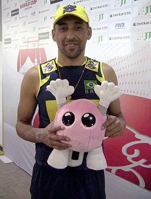 Serginho com mascote da Copa do Mundo de vôlei (Foto: Divulgação / CBV)