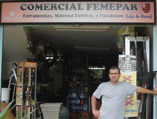Vasco, torcedor do Flamengo, em frente a sua loja (Foto: Acervo Pessoal)