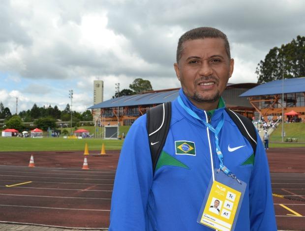 Antônio Nilson, treinador e professor de um projeto social de atletismo em Timon (MA) (Foto: Ana Carolina Fontes / GLOBOESPORTE.COM)