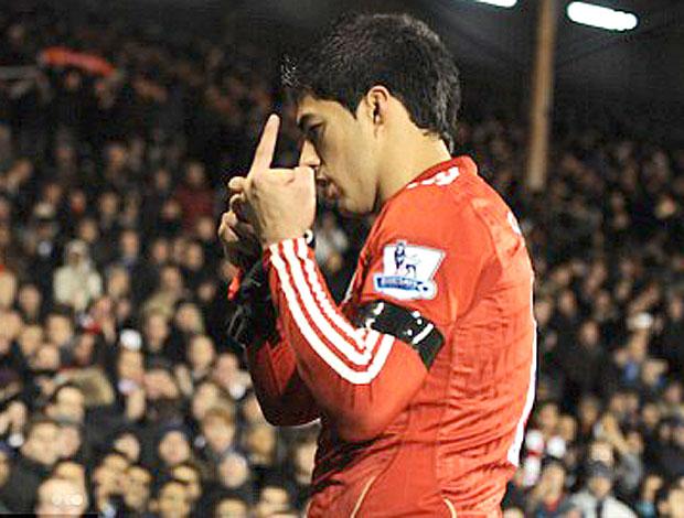 Luis Suárez no jogo do Liverpool contra o Fulham (Foto: Reprodução / Daily Mail)