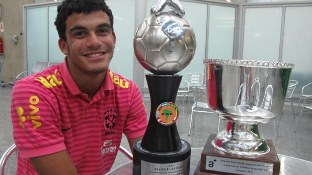 Mosquito com o troféu de artilheiro e melhor jogador do Sul-Americano Sub-15 (Foto: Luna Vale/Globoesporte.com)