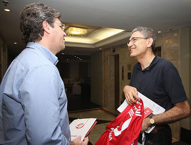escritor Orhan Pamuk ganha camisa do Internacional (Foto: Divulgação / Site Oficial do Internacional)