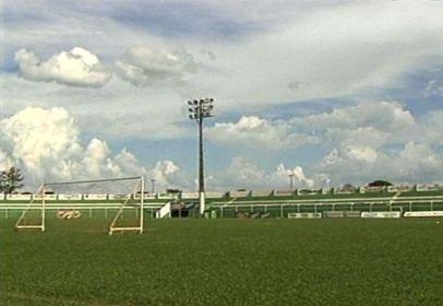 refletores do estádio mozart veloso do carmo (Foto: Reprodução/TV Anhanguera)