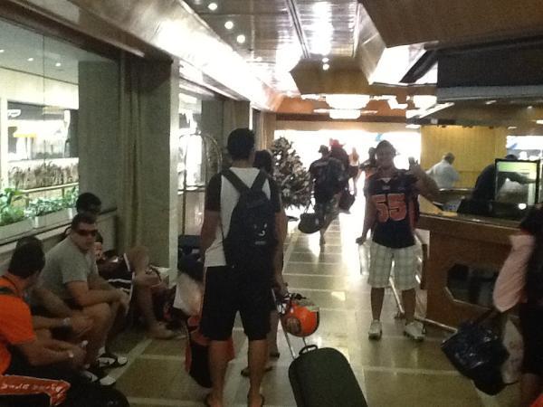 Vila Velha Tritões deixam o hotel em São Paulo (Foto: Reprodução/Twitter Oficial Vila Velha Tritões)