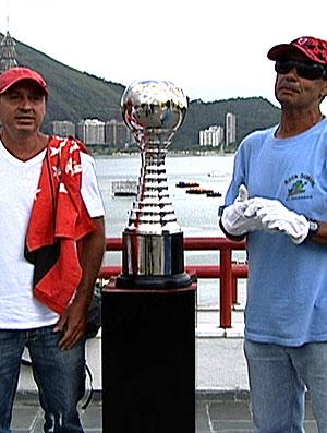 FRAME torcedores do Flamengo com a taça do Mundial de 1981 (Foto: Reprodução)