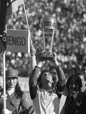 Zico levanta a taça do mundial do Flamengo em 1981 (Foto: Agência O Globo)