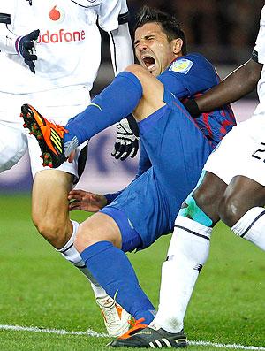 David Villa deixa o jogo do Barcelona lesionado (Foto: Reuters)