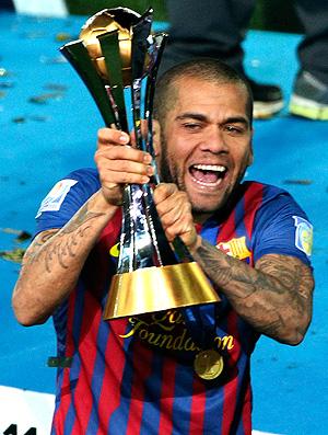 Daniel Alves com a taça do Mundial  (Foto: AP)