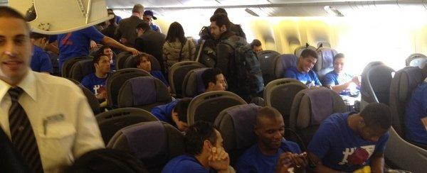 Jogadores do Barcelona no voo rumo à Espanha após o título mundial de clubes (Foto: Reprodução / El Mundo deportivo)
