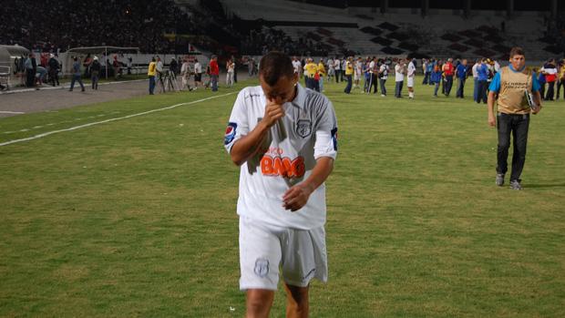 Warley chora após derrota para o Santa Cruz, no Arruda (Foto: Phelipe Caldas)