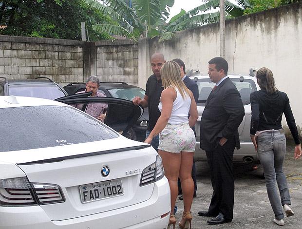 Adriano Andreia delegacia reconstituição (Foto: Marcelo Baltar / Globoesporte.com)