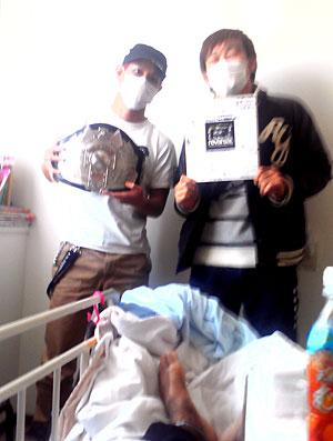 lutador Tomoya Miyashita com amigos no hospital (Foto: Reprodução)