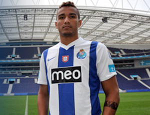 Danilo é apresentado no Porto (Foto: Divulgação/Site Oficial do Porto)