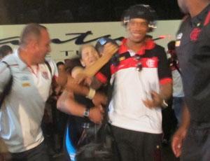 torcedora tentando agarrar ronaldinho na porta do hotel em londrina (Foto: Janir Junior/Globoesporte.com)