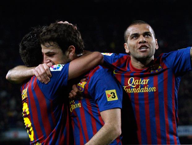 Xavi, Fabregas e Daniel Alves comemoram gol do Barcelona sobre o Osasuna (Foto: Reuters)