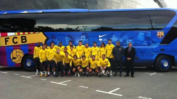Jogadores do Barcelona apresentam o novo ônibus (Foto: Site oficial do Barcelona)
