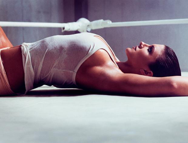 Gina Carano faz fotos sensuais (Foto: Divulgação/GQ)