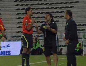 Diego Maradona reclama de arbitragem em jogo do Al Wasl (Foto: Reprodução)
