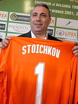 Stoichkov é apresentado como técnico do Lovech  (Foto: Reuters)