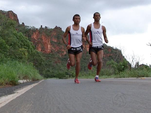 Damião de Souza e Giovani dos Santos treinam em meio aos paredões de Chapada antes da Corrida de Reis (Foto: Reprodução/TVCA)