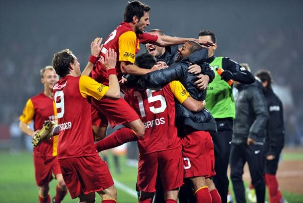 Jogadores do Galatasaray comemoram gol contra o Samsunspor (Foto: Site oficial do Galatasaray)