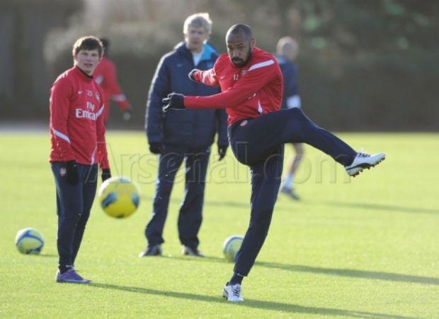 Henry treina no Arsenal com Arsene Wenger (Foto: Arsenal.com)