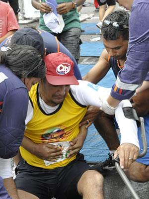Odair é amparado logo após completar prova em Cuiabá (Foto: Leandro J. Nascimento/GLOBOESPORTE.COM)