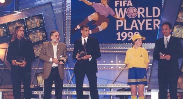 Rivaldo recebe prêmio de melhor do mundo da Fifa em 1999 (Foto: Fifa.com)
