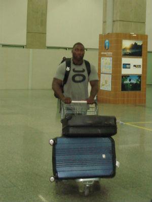 Anthony Johnson chega no Rio de Janeiro para o UFC 142 (Foto: Adriano Albuquerque/Sportv.com)