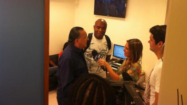 Anderson Silva encontra Galvão Bueno nos estúdios da Rede Globo (Foto: Reprodução Twitter)